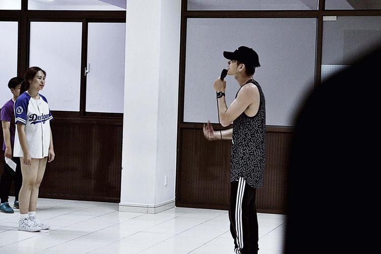 Bên cạnh đó, Quang Đăng và các thành viên trong nhóm của mình cũng tận tình hướng dẫn những điệu nhảy cơ bản để giúp các bạn sinh viên tiếp cận gần hơn với môn nghệ thuật này.