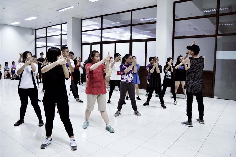 Quang Đăng thực hiện tour trường đại học, mang những điệu nhảy đến gần với sinh viên