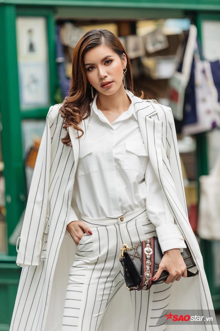 Vẫn là nàng thơ chung tình với thiết kế của Chung Thanh Phong, Minh Tú hoàn toàn làm mới mình. Đây cũng là tác phẩm chung của chân dài với Chung Thanh Phong, đã trình làng từ một chương trình phong cách.