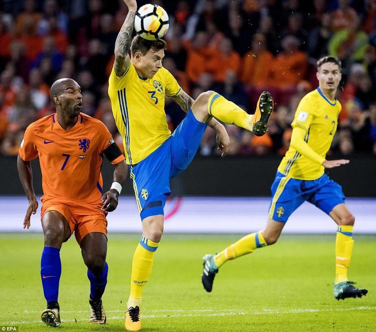 Hàng hiệu của Man Utd tự đá bóng vào tay, dâng penalty cho đối thủ