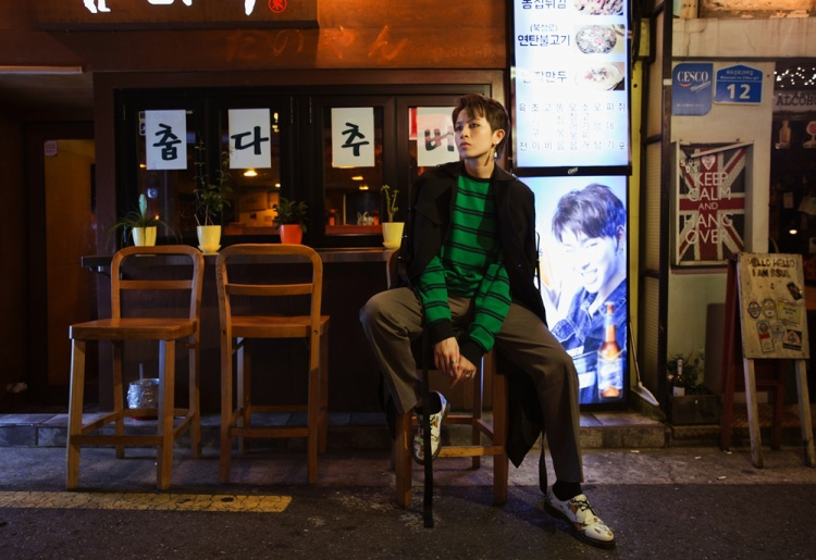 Nếu không nhìn rõ mặt, khó ai nhận ra một Gil Lê chất lừ trên đường phố Seoul