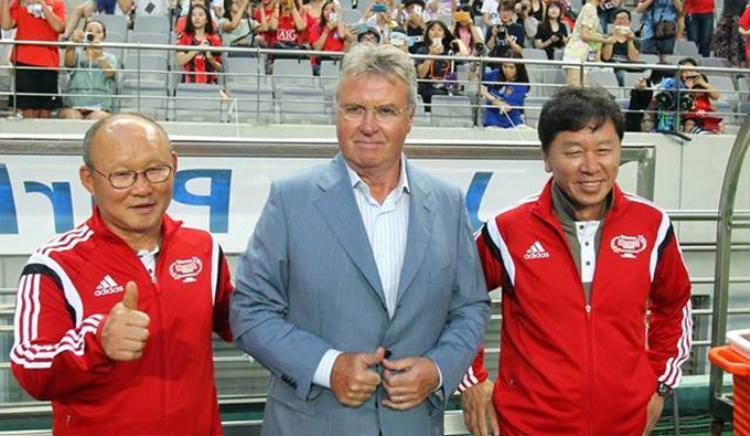 """Ông Park (bìa trái) thời làm trợ lý cho """"thầy phù thủy"""" Guus Hiddink tại World Cup 2002."""