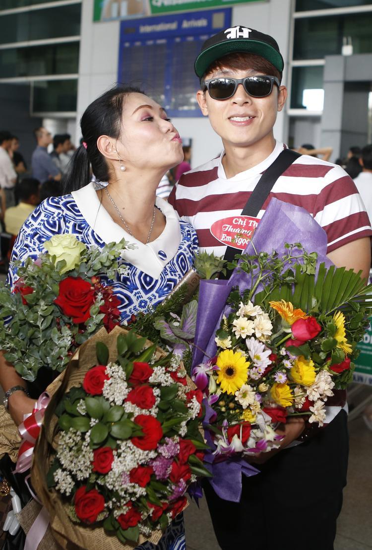 Diễn viên Hoà Hiệp cũng có mặt ở sân bay để đón đàn chị trở về Việt Nam biểu diễn.