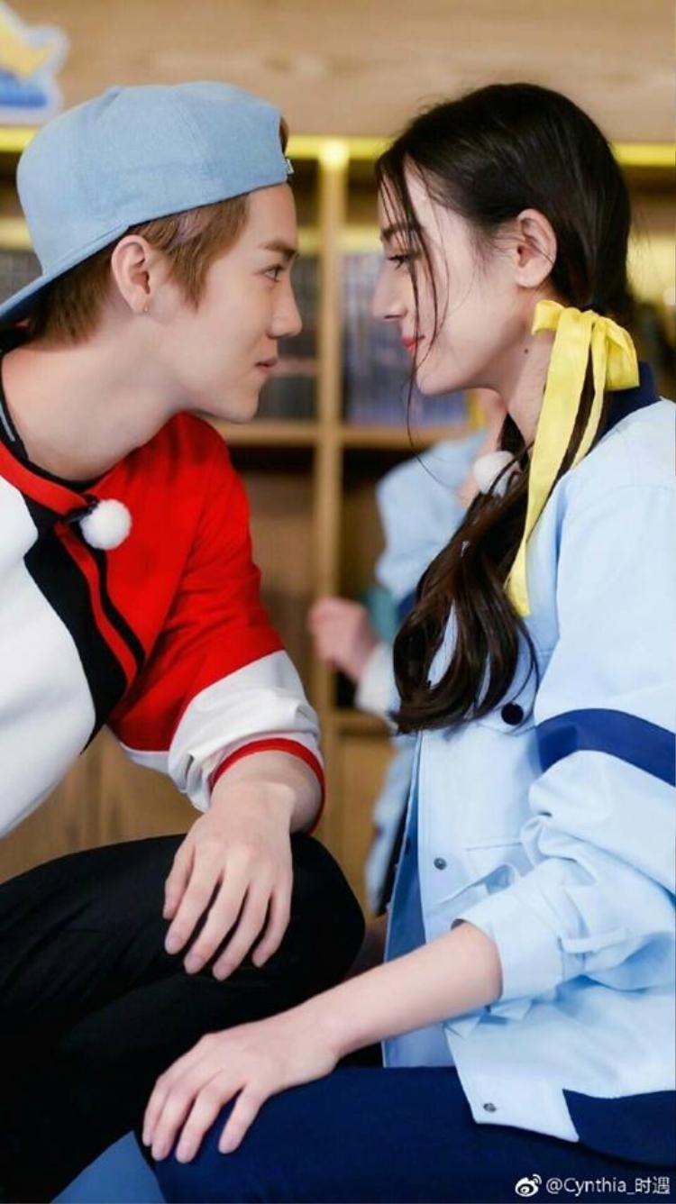 Bằng chứng Luhan hẹn hò Quan Hiểu đồng xuất hiện ngay trên livestream của người trong cuộc nhưng không ai biết