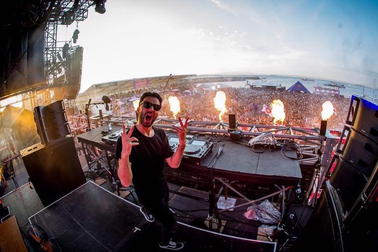 Đứng chung sân khấu cùng Tiësto sẽ là một cái tên đình đám khác của âm nhạc điện tử thế giới, DJ/ Producer R3hab.