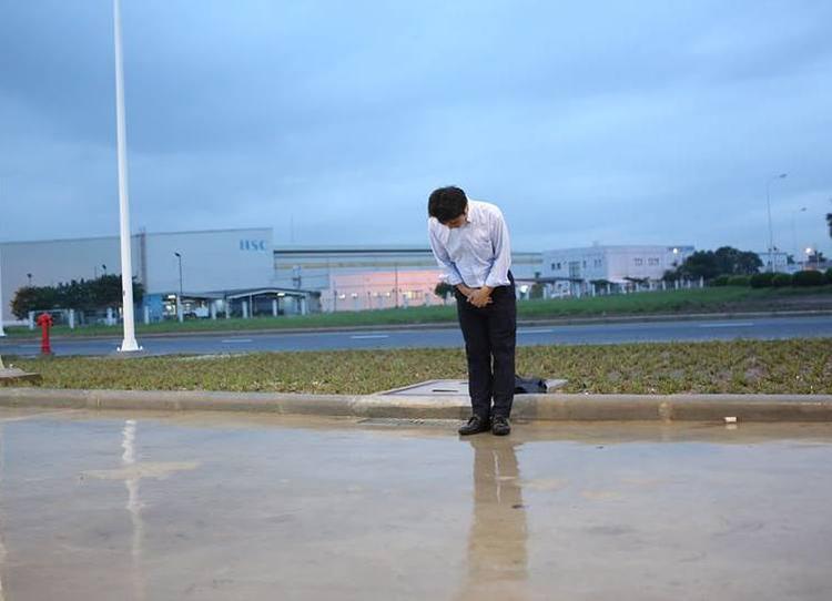 Hình ảnh ông Hiroaki Honjo, Tổng giám đốc Công ty Xăng dầu IQ8 cúi đầu chào khách hàng.