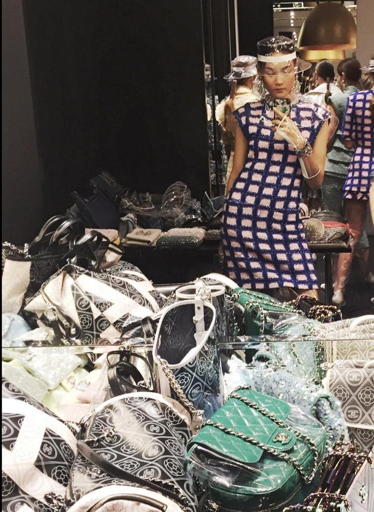 """Thùy Trang check in tại backstage """"xa xỉ"""" của nhà mốt Chanel chuẩn bị ráo riết cho private show tại kinh đô Paris."""