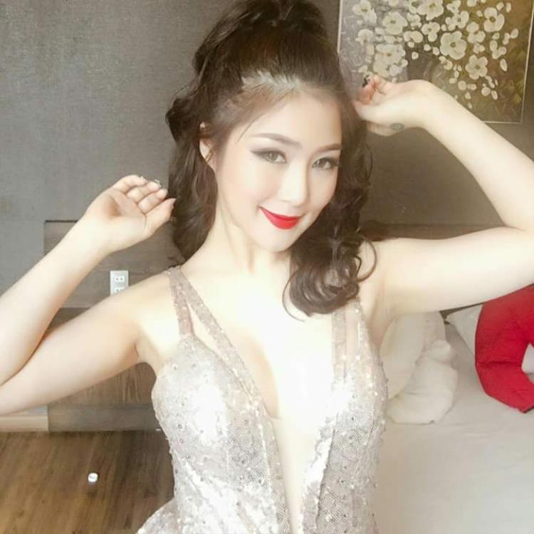 """Giọng ca đến từ Nghệ An thường xuyên chọn lựa những thiết kế sexy, xẻ sâu khoe số đo ba vòng nóng bỏng. Lối make đậm cùng kiểu tóc đứng tuổi khiến hình ảnh cô cũng bị """"lão hóa"""" theo."""