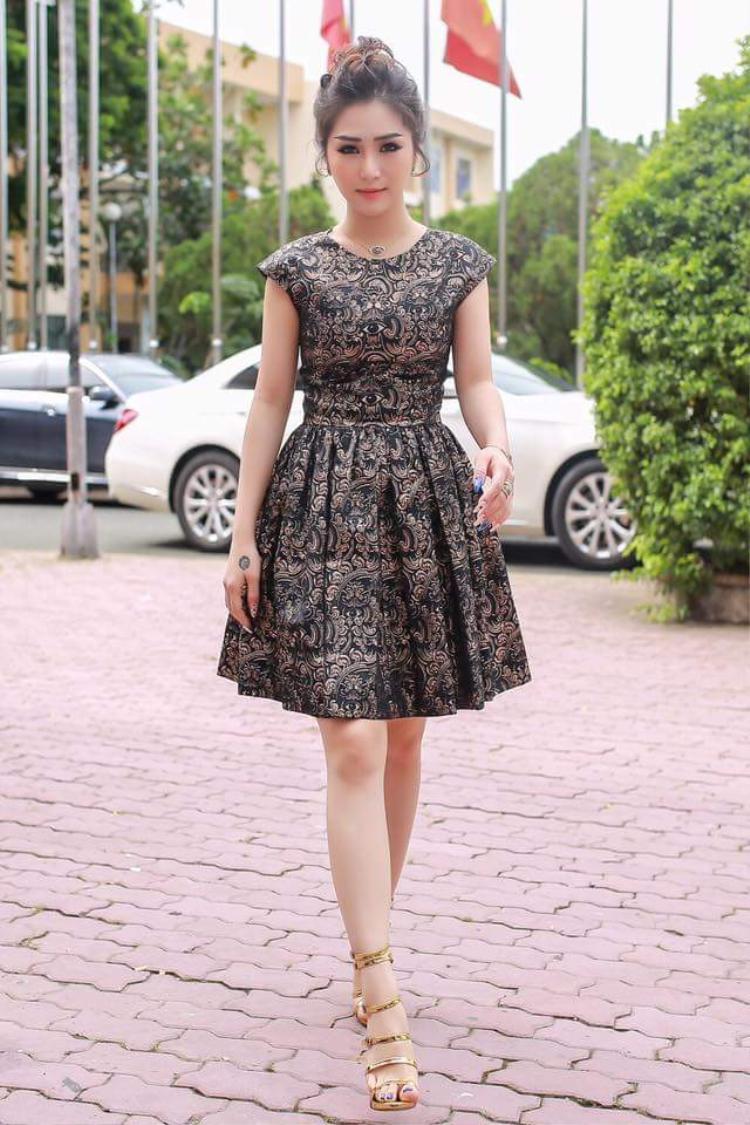 Chiếc váy trong ảnh có màu sắc, kiểu dáng khiến người mặc trở nên già dặn so với lứa tuổi. Quán quân Giọng Hát Việt mùa 1 nên đến ngay trung tâm thương mại để cập nhật cho mình những xu hướng mới nhất.