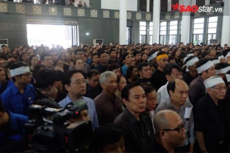 Hàng nghìn người nín lặng, tiếc thương PGS. Văn Như Cương.