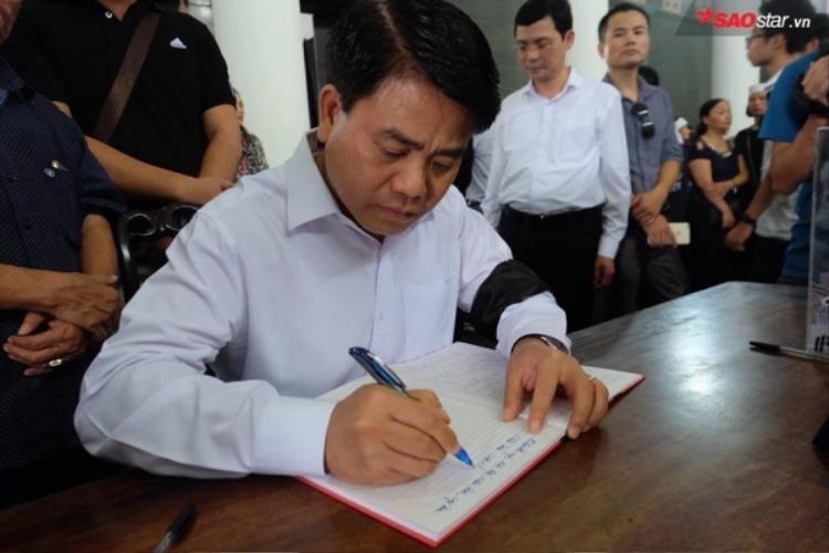Ông Nguyễn Đức Chung ghi sổ tang, tiễn biệt PGS. Văn Như Cương.
