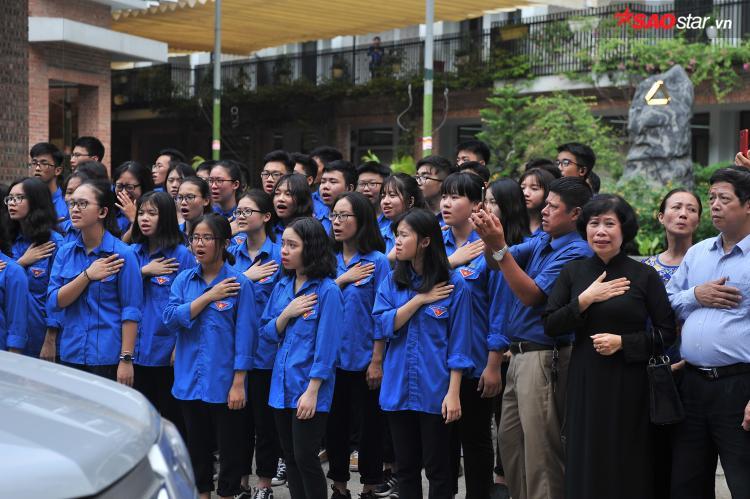 Những TNV hát vang bài ca truyền thống của nhà trường.
