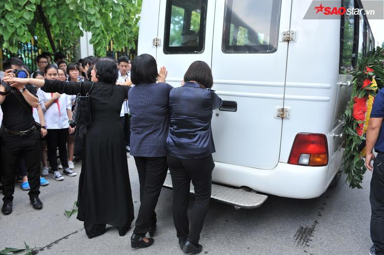 Chuyến xe lại lăn bánh, rời khỏi trường Lương Thế Vinh cơ sở Tân Triều để đi về nghĩa trang Văn Điển.