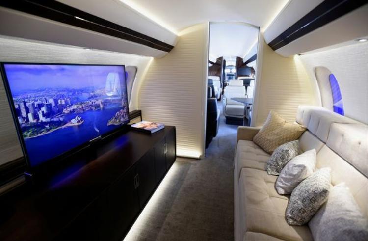 Chiếc Global 7000 là sản phẩm xa xỉ và mới nhất trong ngành hàng không với bốn ngăn phục vụ sinh hoạt riêng biệt.