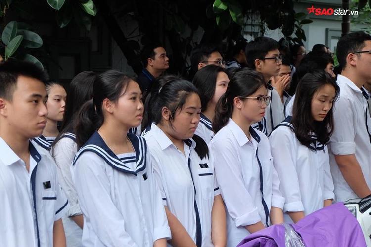 Nhiều học sinh đứng lặng lẽ chờ đợi vào viếng thầy.