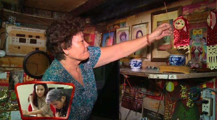 Hình ảnh mẹ Sơn Ngọc Minh lụi cụi một mình tại quê nhà khiến khán giả không kiềm được nước mắt.