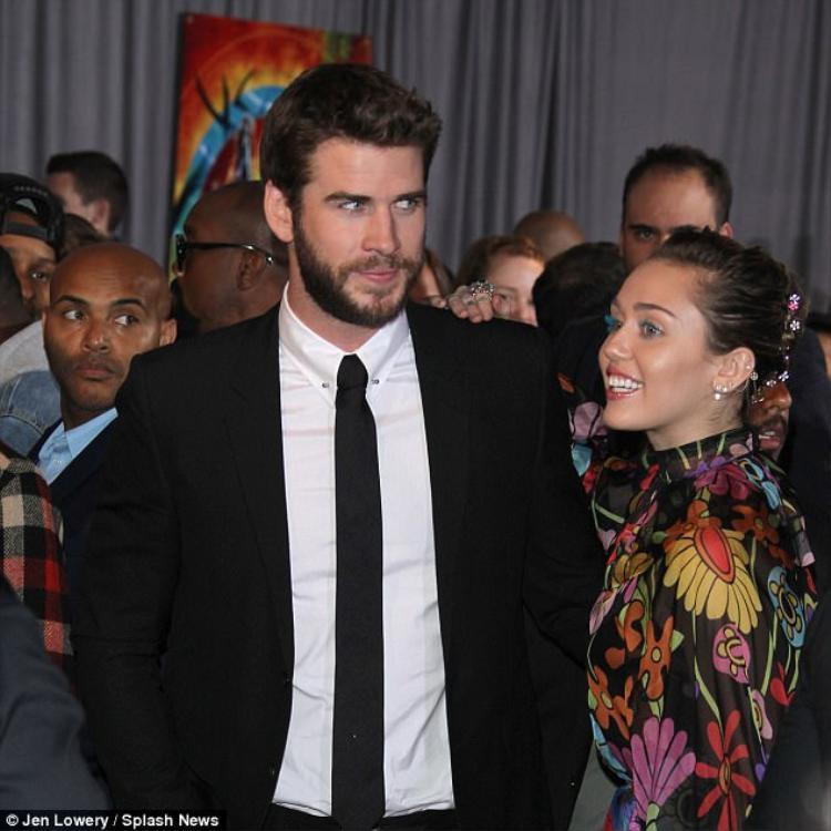 Miley cười nói vô cùng hạnh phúc bên vị hôn phu của mình.