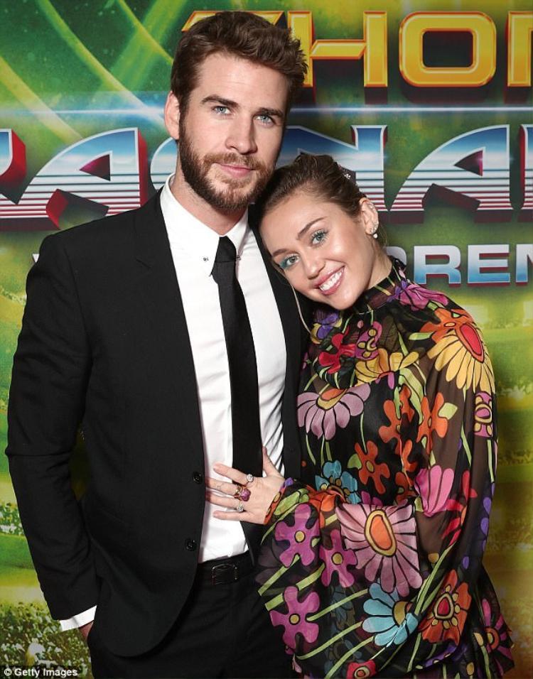 Miley Cyrus hạnh phúc bên cạnh Liam Hemsworth.