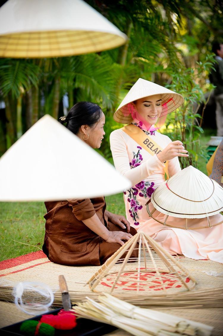 Nón lá là một trong những biểu tượng văn hóa của người Việt Nam. Đi kèm với nón lá là tà áo dài thướt tha, nền nã - qua đó tạo nên một hình ảnh đẹp của người phụ nữ Việt trong mắt bạn bè quốc tế suốt nhiều thập kỷ qua.