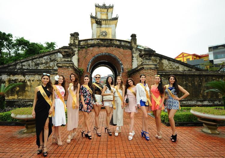 Miss Grand các nước tại một địa điểm tham quan.