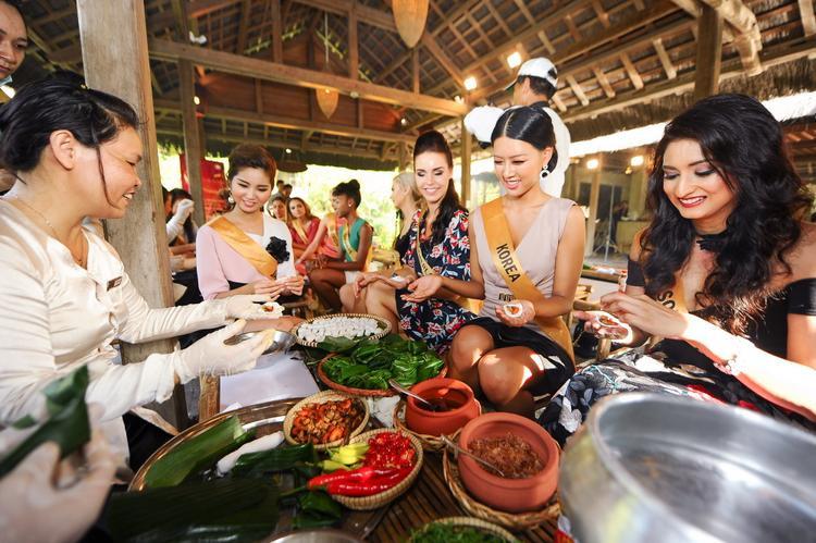 Ngoài việc làm nón, các người đẹp còn được tự tay thực hiện những chiếc bánh bột lọc - món ăn dân dã của người miền Trung.