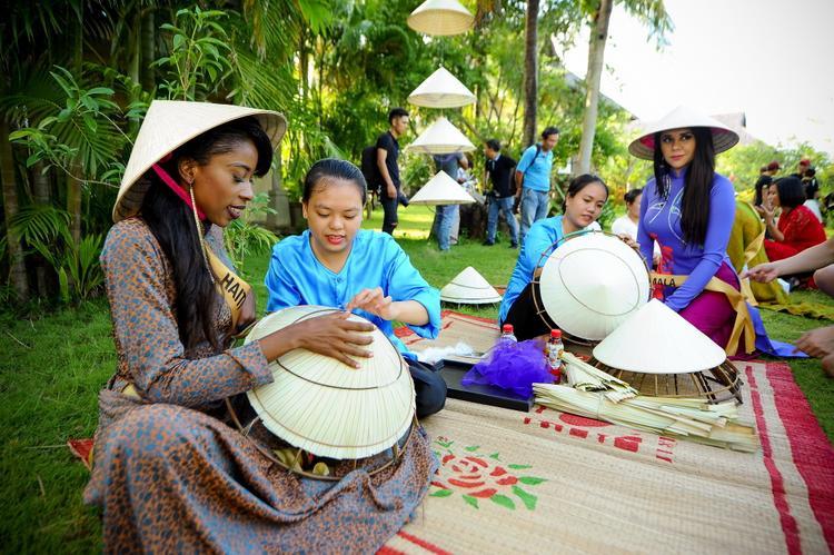 Bên cạnh việc khám phá loạt địa điểm nổi tiếng tại Quảng Bình, các thí sinh còn được trải nghiệmlàm nón lá, bánh bột lọc.