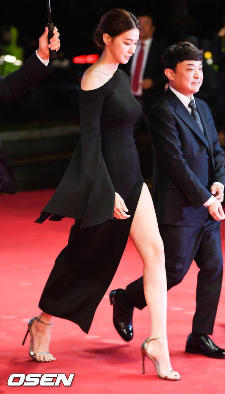 Yoo In Young diện váy xẻ tà cao khoe chân dài miên man.