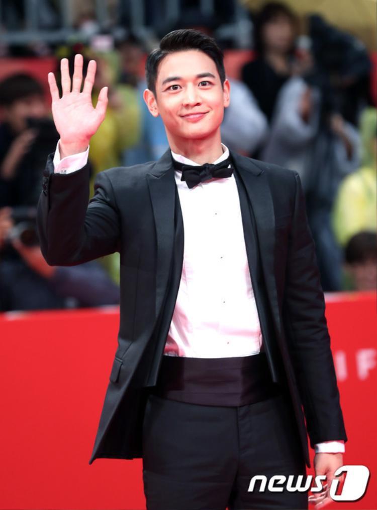 Minho (SHINee) cực điển trai trong trang phục vest bảnh bao.