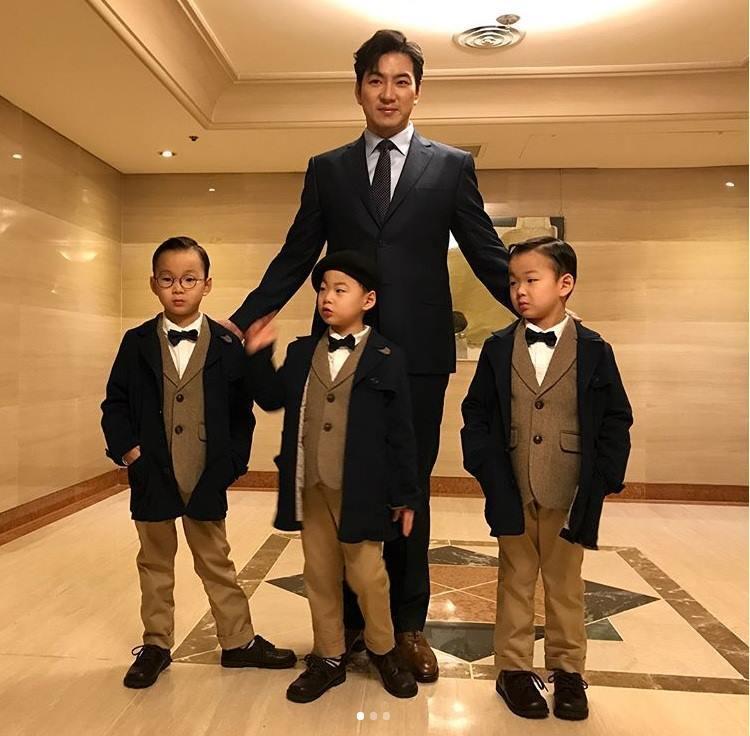 Một số hình ảnh của bố Song và ba thiên thần nhỏ được chia sẻ trên Instagram.