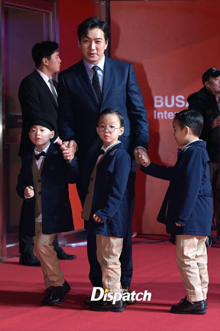 """Bố con nhà Song Il Kook """"hút"""" ống kính phóng viên từ những giây đầu xuất hiện."""
