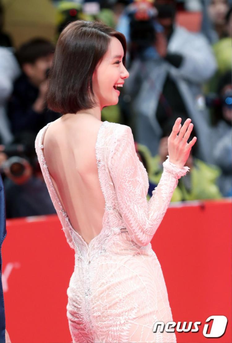 Thành viên SNSD khoe lưng trần, xuất hiện rạng rỡ sau lùm xùm Seohyun, Sooyoung, Tiffany không tái ký hợp đồng cùng SM.