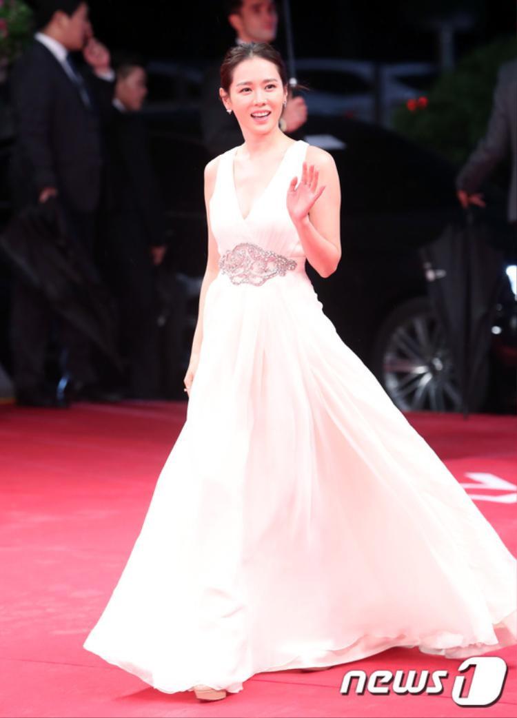 Mỹ nữ Son Ye Jin thu hút ánh nhìn với đầm trắng thanh lịch.