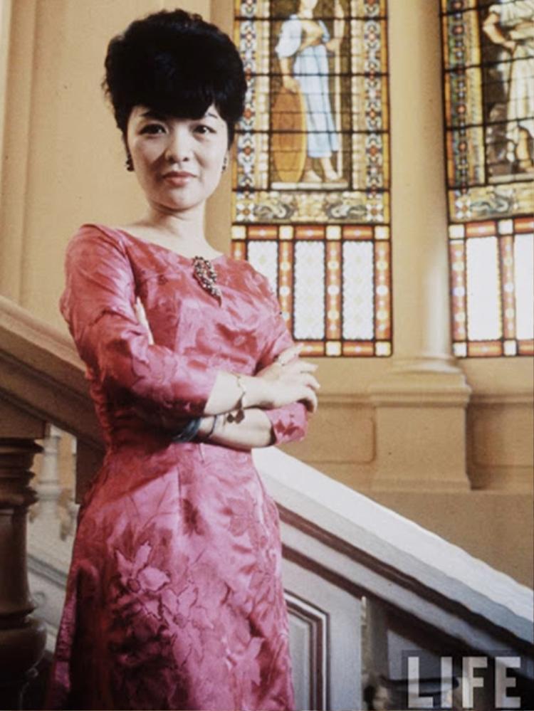 """""""Đệ nhất phu nhân"""" là người khởi xướng kiểu áo dài cổ thuyền, khoét sâu, tạo ra một làn sóng thời trang mới, bất chấp sự phản đối của những người cổ học. Đến ngày nay, """"áo dài Lệ Xuân"""" này vẫn thịnh hành và trở thành nguồn cảm hứng bất tận cho những nhà thiết kế Việt."""