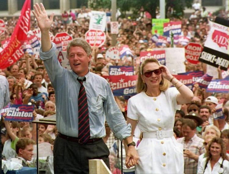 Sát cánh cùng chồng trong cuộc chạy đua tranh cử 1992, bà diện bộ đầm trắng khuy vàng và thắt chiếc khăn kerchief đáng yêu.