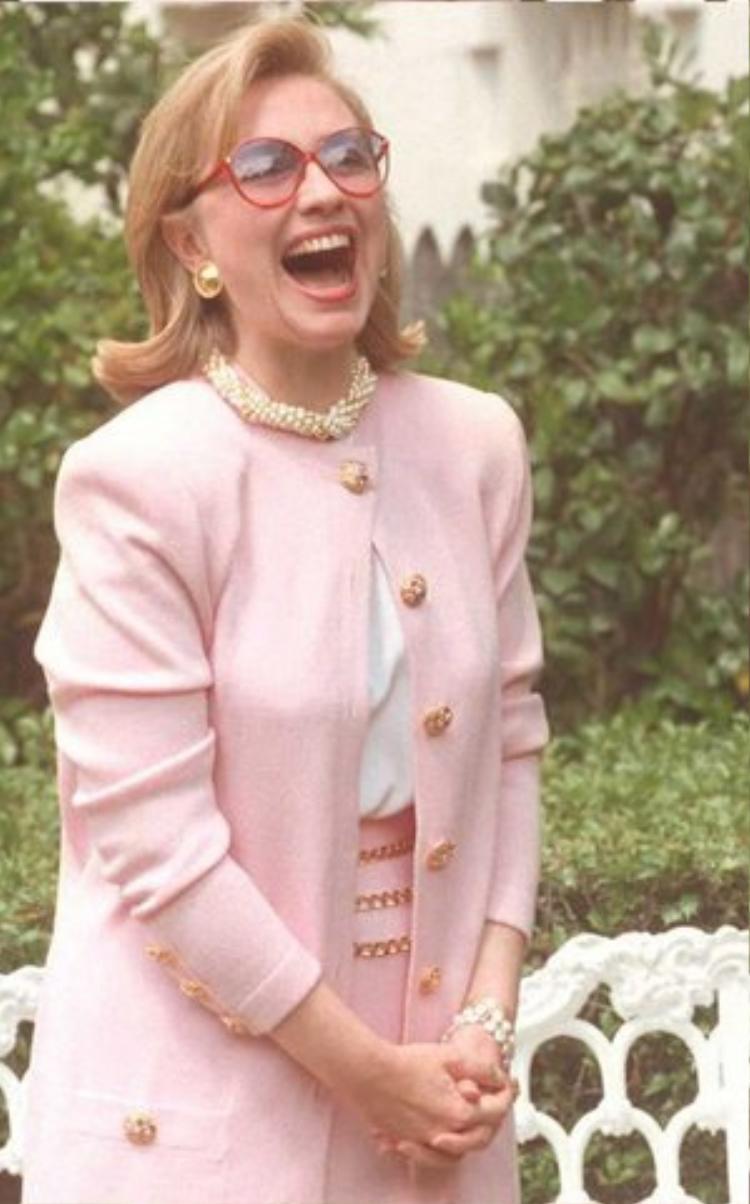 Năm 1994, Hillary tham gia tình nguyện ủng hộ cho buổi triển lãm điêu khắc thế kỉ 20. Bà mặc trang phục màu hồng trẻ trung cùng vòng ngọc trai và mắt kính oversized vô cùng sành điệu.