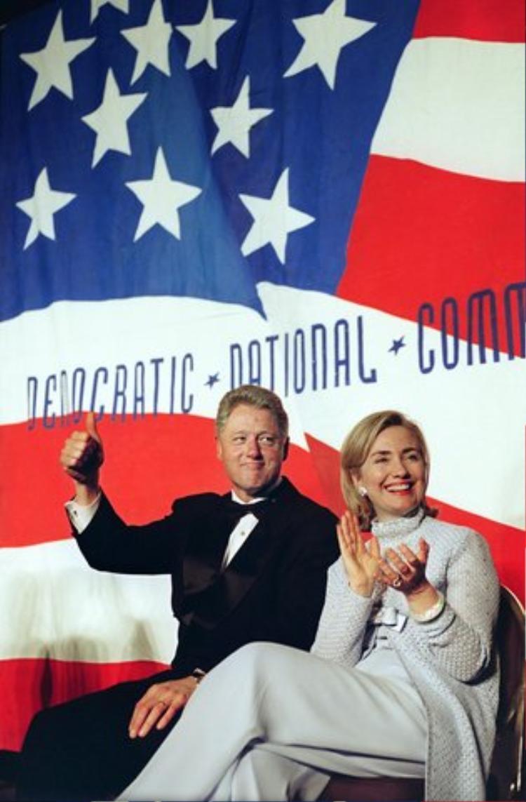 Năm 1996, Hillary Clinton kết hợp áo len chui đầu với quần ống rộng để xuất hiện cùng chồng trong mộ sự kiện chính trị lớn.