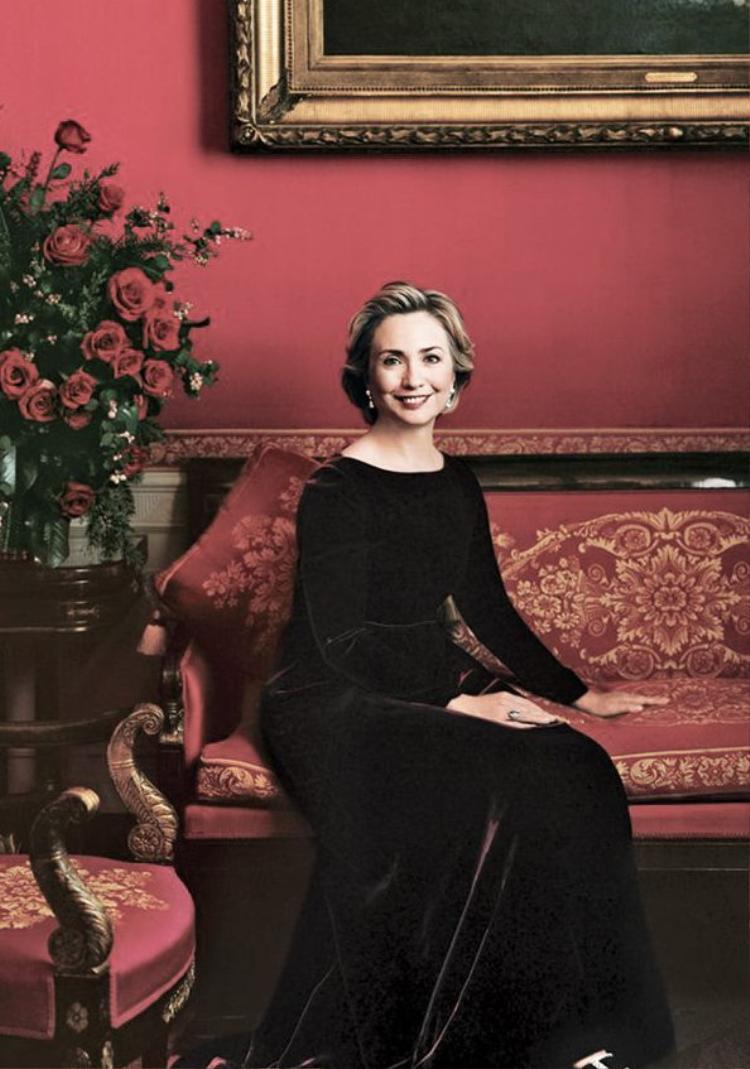 Năm 1995, Hillary Clinton đã được chọn làm gương mặt trang bìa cho tạp chí Vogue Mỹ. Trong suốt cuộc đời mình, bà đã để lại vô số dấu ấn thời trang trong sự nghiệp chính khách của mình. Bà là minh chứng cho sự liên kết chặt chẽ của chính trị và thời trang.