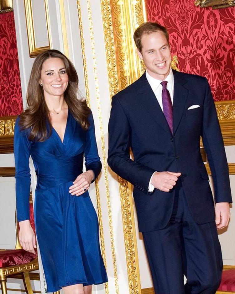 Trong buổi họp báo công bố lễ đính hôn của mình cùng hoàng tử William, công nương Kate Middleton đã chọn một chiếc đầm ngắn làm từ satin xanh bóng sang trọng của hãng Issa. Thiết kế này nhanh chóng trở thành món đồ được nhái lại nhiều nhất trong suốt một thời gian dài.