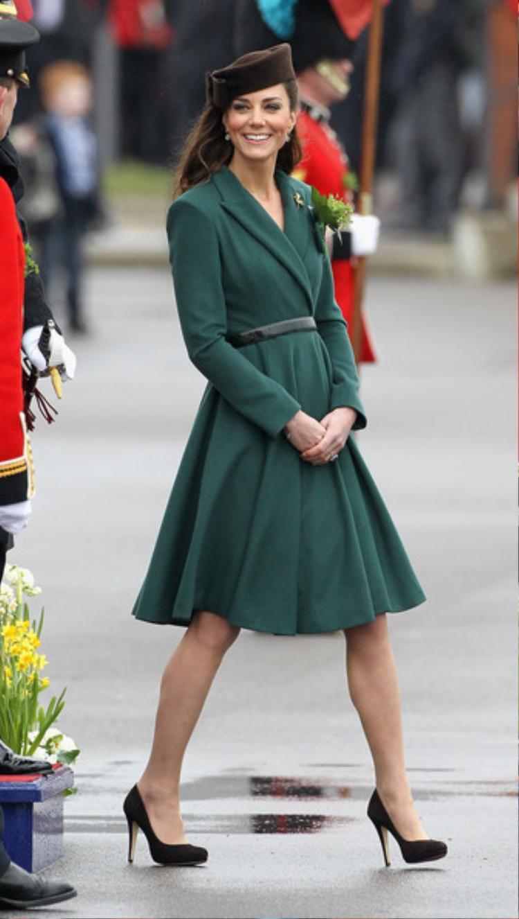 """Rất biết chọn lựa những gam màu làm tôn lên làn da và nét thanh lịch của bản thân, Kate Middleton luôn """"ghi điểm"""" trong lòng người hâm mộ với bộ đầm xanh lục sẫm của Emilia Wickstead."""