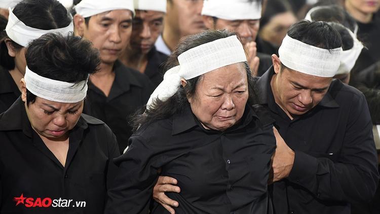 Cô Đào Kim Oanh - người vợ mà lúc sinh thời thầy Văn Như Cương đã yêu thương bằng cả trái tim. Trong tang lễ, cô Kim Oanh luôn ở bên cạnh linh cữu của chồng, do tuổi cao và quá đau thương, nhiều khi tưởng chừng cô gục ngã.
