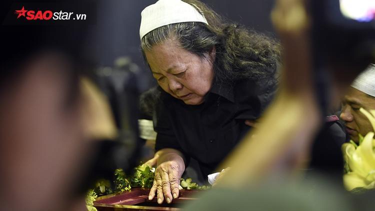 Cô Oanh nhìn chồng mình lần cuối trước khi làm lễ truy điệu.