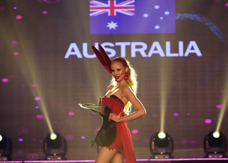 """Nhiều người không hiểu rõ ý đồ của đại diện Úc với bộ cánh lạ mắt, lấy ý tưởng """"tai thỏ bunny"""" sexy quyến rũ này."""
