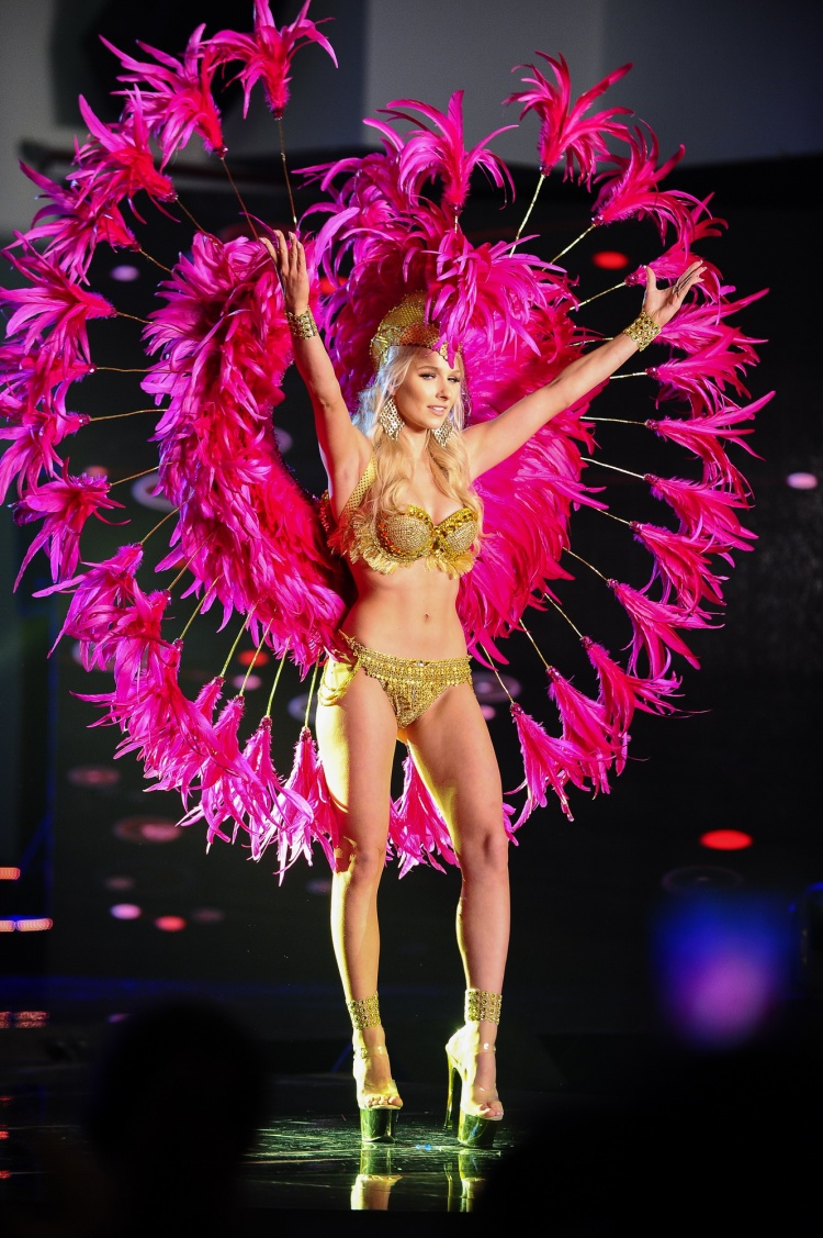 Thí sinh này diện một thiết kế bikini đính đá cùng lông vũ hồng nữ tính, phô diễn số đo cơ thể.