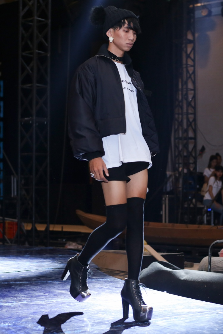 Một người mẫu lưỡng tính diện trang phục cá tính, không ngại thể hiện những sải bước của mình trên đôi giày cao gót. Trước đó, anh từng gây chú ý ở vòng casting show diễn với ngoại hình dễ bị nhầm lẫn là con gái.