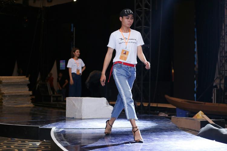 Đôi giày cao gót không làm khó nam người mẫu này khi anh thể hiện những bước đi nhẹ nhàng, thanh thoát như nữ giới.