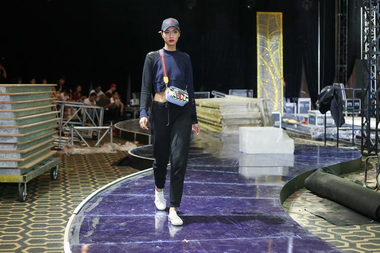 Trong ảnh, Nguyễn Oanh thể hiện phong thái chuyên nghiệp. Chân dài trưởng thành từ cuộc thi Vietnam's Next Top Model được khen ngợi về chiều cao nổi bật, song cô chưa thật sự linh hoạt trong việc thay đổi phong cách để phù hợp với những concept trang phục khác nhau.