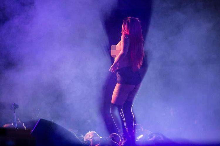 Choáng trước những hình ảnh trong hội chợ tình dục quốc tế: Thân hình gợi tình, vũ đạo bốc lửa
