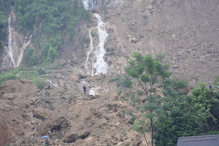Tìm thấy nạn nhân thứ 10 trong vụ sạt lở đất kinh hoàng tại Hòa Bình, 8 người hiện vẫn còn mất tích.