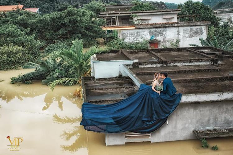 Mùa lũ kinh hoàng, chú rể rủ cô dâu lên nóc nhà chụp ảnh khiến dân tình phát sốt