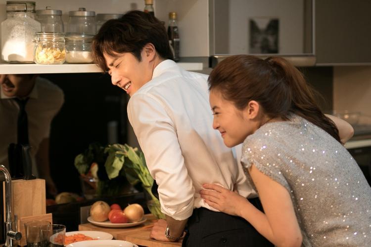 Mild Jiravechsoontornkul và Jung Il Woo nên duyên trong phim Thái Chuyện tình làng giải trí